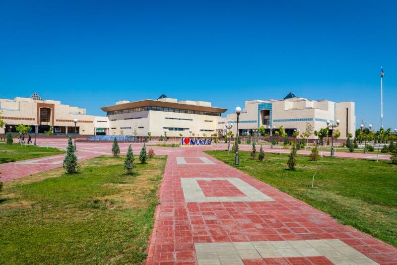 Τετράγωνο πόλεων Ukus μπροστά από το Karakalpak μουσείο του σοβιετικού musesum τέχνης τεχνών στο Ουζμπεκιστάν στοκ φωτογραφία με δικαίωμα ελεύθερης χρήσης