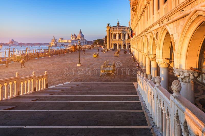 Τετράγωνο SAN Marco με το καμπαναριό και τη βασιλική του σημαδιού Αγίου Το κύριο τετράγωνο της παλαιάς πόλης Βενετία, Ιταλία στοκ φωτογραφίες με δικαίωμα ελεύθερης χρήσης