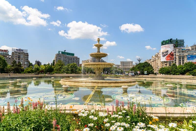 Τετραγωνικά πηγή ένωσης και σπίτι του παλατιού ανθρώπων ή του Κοινοβουλίου στο Βουκουρέστι στοκ εικόνα