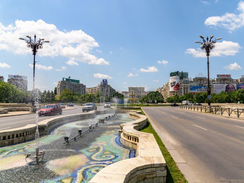 Τετραγωνικά πηγή ένωσης και σπίτι του παλατιού ανθρώπων ή του Κοινοβουλίου στο Βουκουρέστι στοκ φωτογραφία