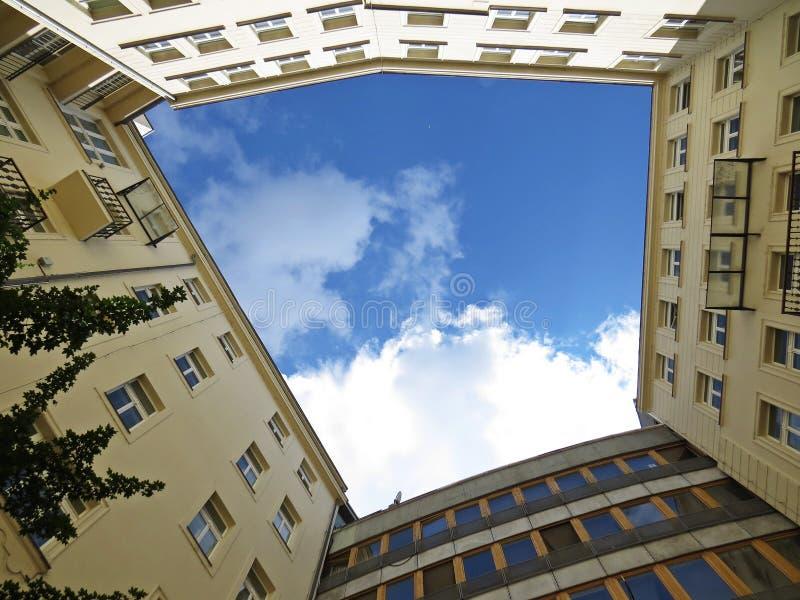 Τετραγωνική άποψη στο νεφελώδη ουρανό από τη λεπτομερή πολυκατοικία τετραγώνων ναυπηγείων του κιβωτίου επιπέδων στοκ εικόνες με δικαίωμα ελεύθερης χρήσης