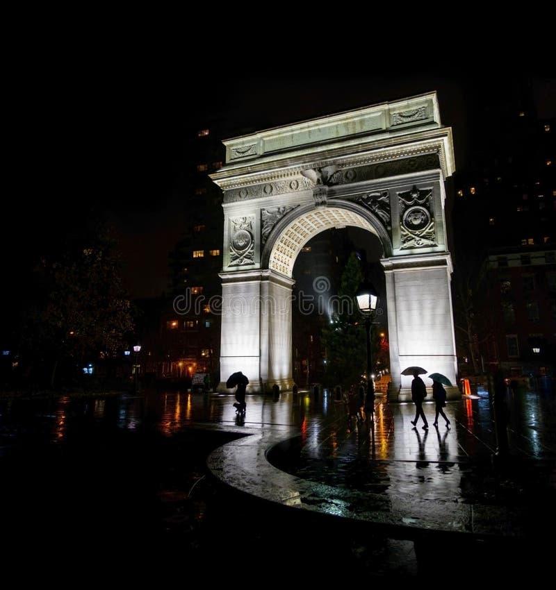 Τετραγωνική αψίδα Νέα Υόρκη πάρκων της Ουάσιγκτον τη νύχτα στη βροχή στοκ φωτογραφία με δικαίωμα ελεύθερης χρήσης
