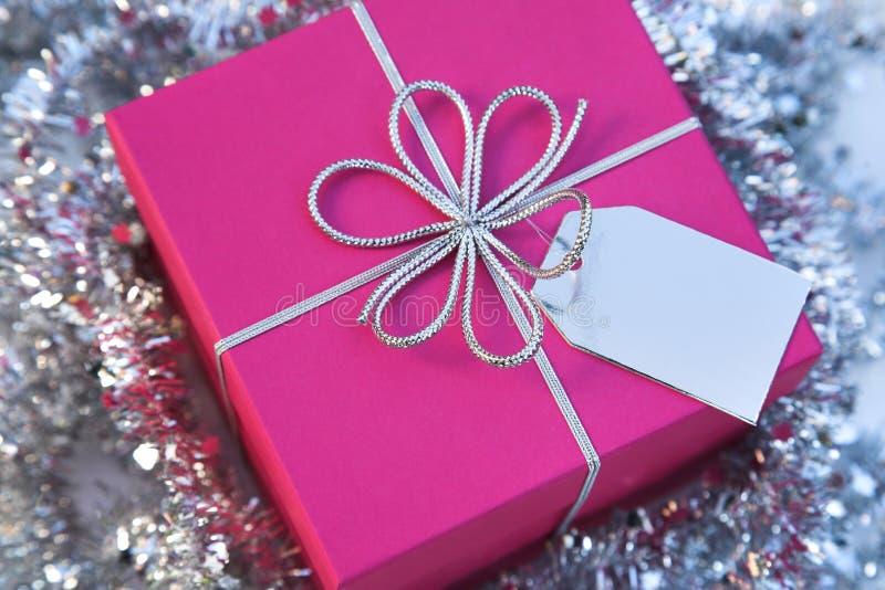 τετραγωνική ετικέττα δώρων Χριστουγέννων κιβωτίων τόξων στοκ εικόνες