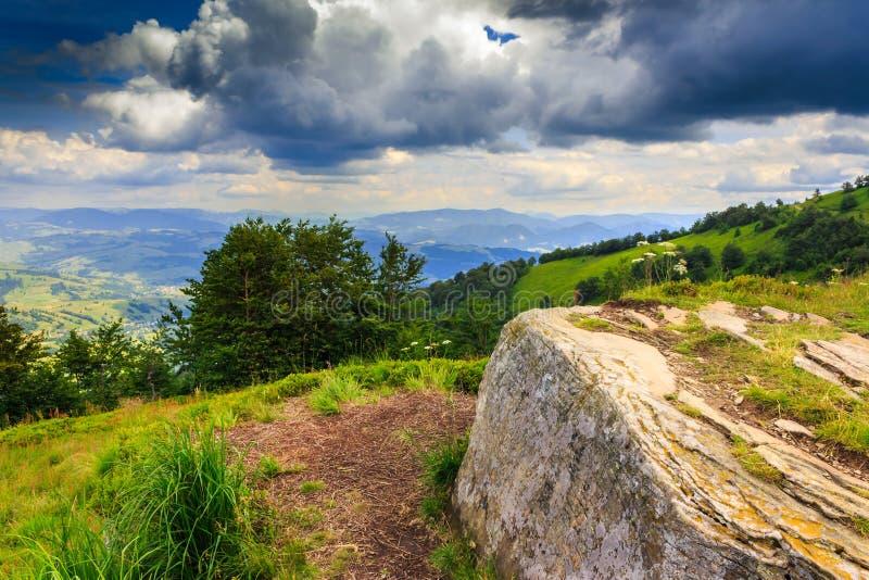 Τετραγωνική πέτρα που περιμένει τη θύελλα πάνω από το βουνό στοκ εικόνες με δικαίωμα ελεύθερης χρήσης