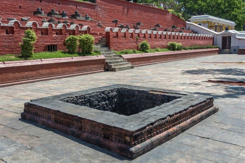Τετραγωνικό κοίλωμα πετρών, που καλύπτεται στη μαύρη αιθάλη, ναός Pashupatinath, Ν στοκ εικόνες με δικαίωμα ελεύθερης χρήσης