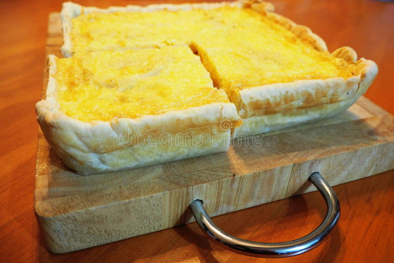 Τετραγωνικό μπέϊκον πίτα με τα λαχανικά στο ξύλινο cutboard στοκ φωτογραφία με δικαίωμα ελεύθερης χρήσης