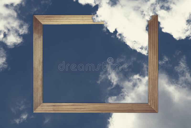 Τετραγωνικό ξύλινο πλαίσιο, δημιουργικός όμορφος μπλε ουρανός με τα άσπρα σύννεφα για το υπόβαθρο με τη σημείωση καρτών εγγράφου διανυσματική απεικόνιση