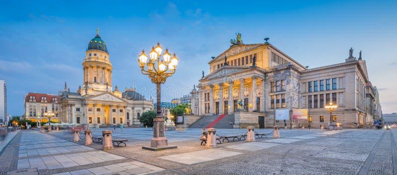 Τετραγωνικό πανόραμα Gendarmenmarkt στο σούρουπο, Βερολίνο, Γερμανία στοκ εικόνες