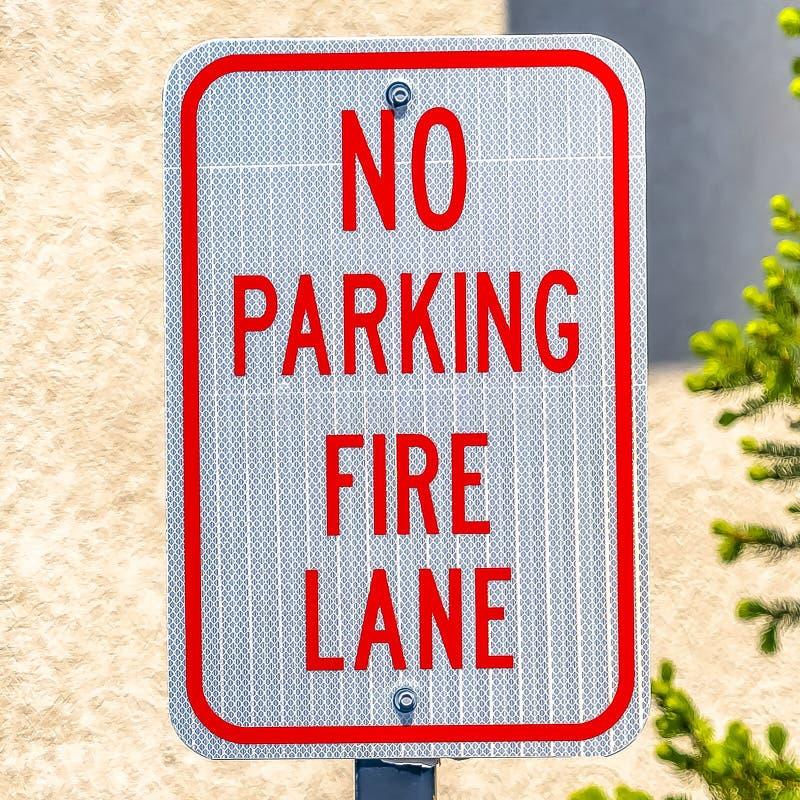 Τετραγωνικό πλαίσιο κανένα σημάδι παρόδων πυρκαγιάς χώρων στάθμευσης με ένα δέντρο και τοίχος στο υπόβαθρο στοκ φωτογραφία με δικαίωμα ελεύθερης χρήσης