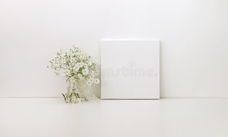 Τετραγωνικό πρότυπο καμβά, άσπρα λουλούδια στοκ εικόνες