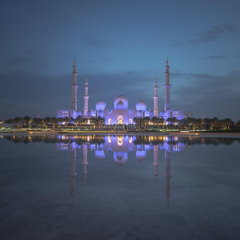 Τετραγωνικό σχήμα μιας ευρείας άποψης γωνίας του μεγάλου μουσουλμανικού τεμένους του Αμπού Ντάμπι τη νύχτα στοκ εικόνα