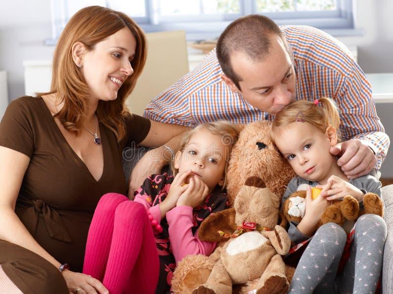 Τετραμελής οικογένεια στο σπίτι στοκ φωτογραφία με δικαίωμα ελεύθερης χρήσης