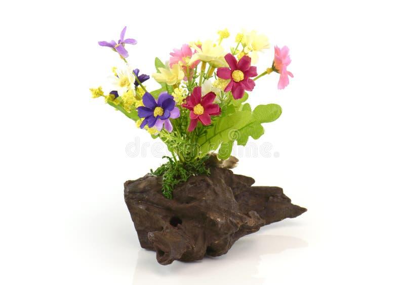 Τεχνητά λουλούδια στην ξυλεία στο άσπρο υπόβαθρο στοκ φωτογραφίες με δικαίωμα ελεύθερης χρήσης