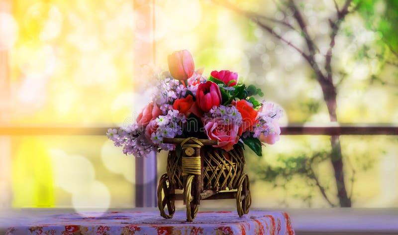 Τεχνητά λουλούδια στον πίνακα, το καθιστικό στοκ φωτογραφία με δικαίωμα ελεύθερης χρήσης