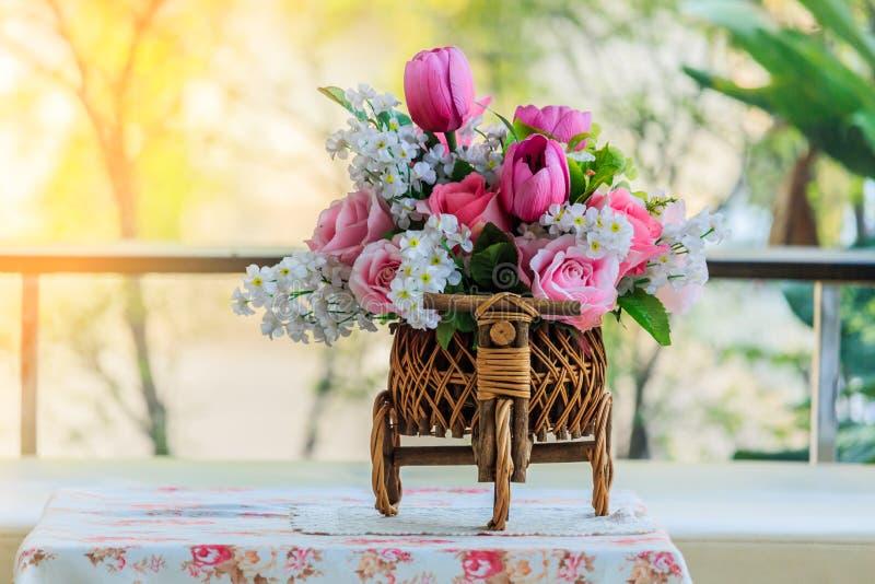 Τεχνητά λουλούδια στον πίνακα, το καθιστικό στοκ εικόνες