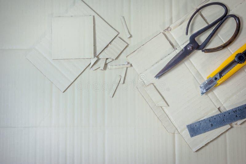 Τεχνητά χαρτοκιβώτια με το εργαλείο στο υπόβαθρο κιβωτίων εγγράφου στοκ εικόνα