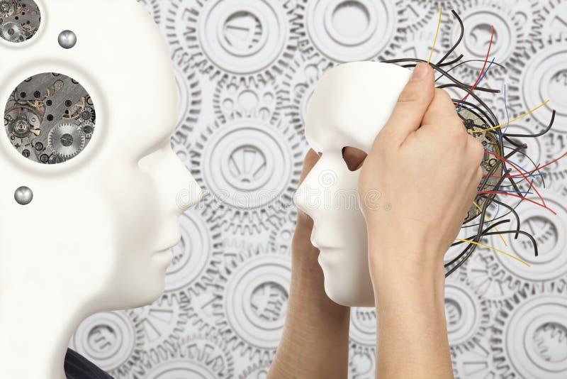 Τεχνητή έννοια ατόμων - το αρρενωπό ρομπότ κρατά το άσπρο πρόσωπο μ κλώνων στοκ εικόνες με δικαίωμα ελεύθερης χρήσης