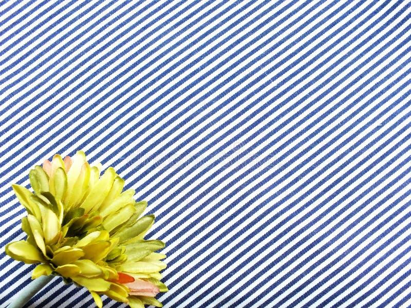 τεχνητή ανθοδέσμη λουλουδιών gerbera που βρίσκεται στο μπλε και άσπρο ύφασμα καμβά λωρίδων στοκ εικόνες με δικαίωμα ελεύθερης χρήσης