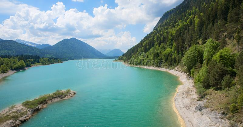 Τεχνητή λίμνη sylvenstein στην άνοιξη στοκ φωτογραφία με δικαίωμα ελεύθερης χρήσης