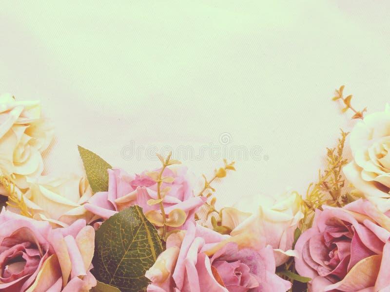 Τεχνητός πορφυρός αυξήθηκε λουλούδια με το διαστημικό υπόβαθρο συνόρων αντιγράφων στοκ φωτογραφία με δικαίωμα ελεύθερης χρήσης