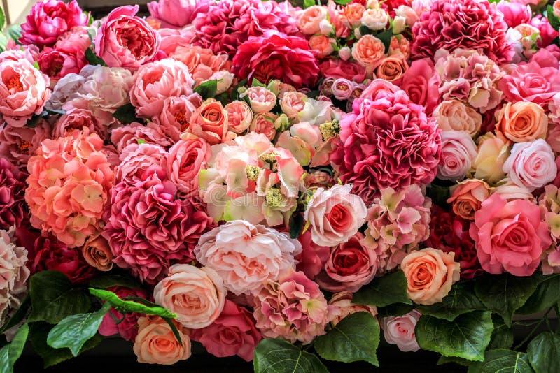 Τεχνητό πολύχρωμο φόντο διαφορετικών λουλουδιών στοκ εικόνες