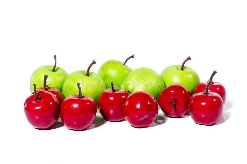 Τεχνητό πράσινο μήλο στο άσπρο υπόβαθρο, κινηματογράφηση σε πρώτο πλάνο μερών ψαλιδίσματος στοκ φωτογραφία με δικαίωμα ελεύθερης χρήσης