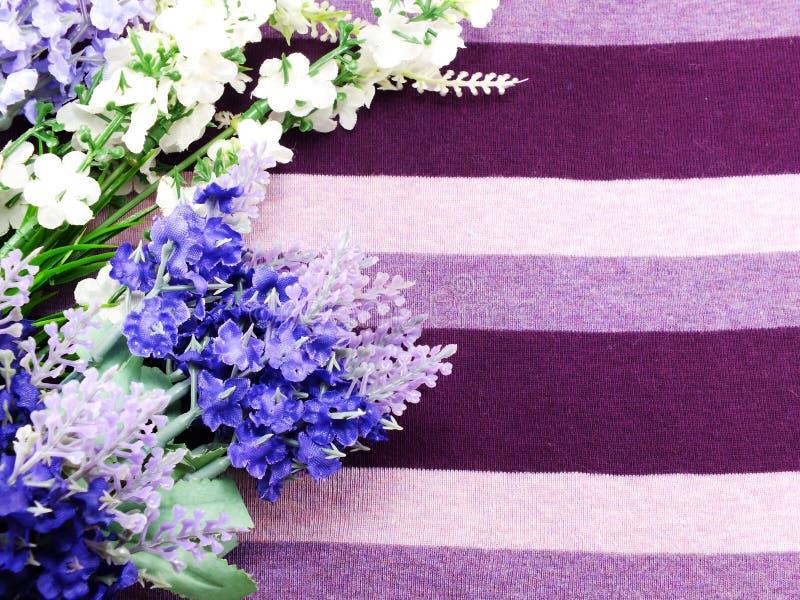 Τεχνητό lavender ανθίζει την ανθοδέσμη στο υπόβαθρο υφάσματος στοκ εικόνα με δικαίωμα ελεύθερης χρήσης