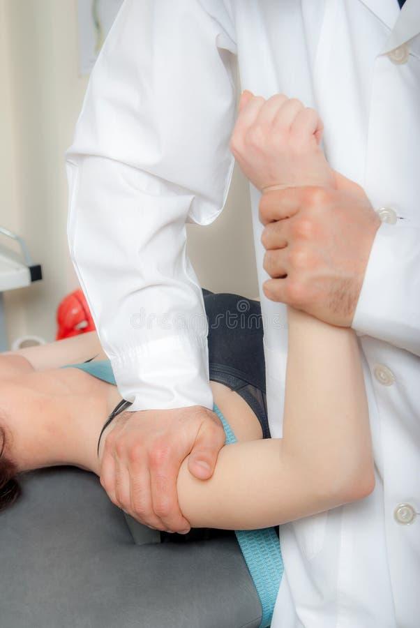 Τεχνικές χειρωνακτικής, φυσιο και θεραπείας kinesio διενεργηθείσες στοκ εικόνα