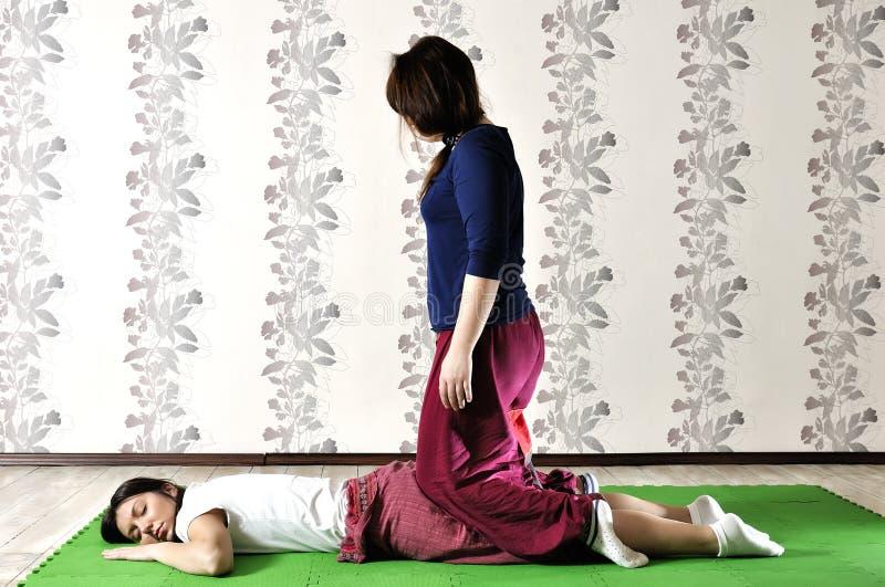 Τεχνική εκτέλεση του ταϊλανδικού μασάζ στοκ φωτογραφία με δικαίωμα ελεύθερης χρήσης