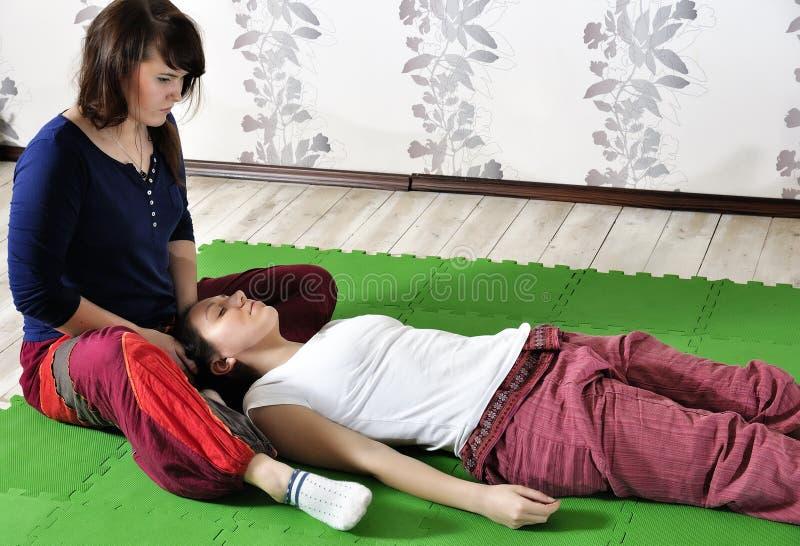 Τεχνική εκτέλεση του ταϊλανδικού μασάζ στοκ εικόνα με δικαίωμα ελεύθερης χρήσης
