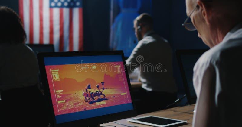 Τεχνικοί αποστολής του Άρη που εργάζονται στο γραφείο τους στοκ φωτογραφίες με δικαίωμα ελεύθερης χρήσης