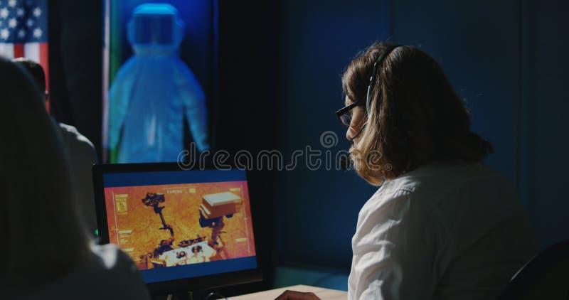 Τεχνικοί αποστολής του Άρη που εργάζονται στο γραφείο τους στοκ εικόνες με δικαίωμα ελεύθερης χρήσης