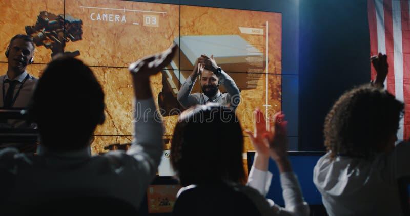 Τεχνικοί που γιορτάζουν την αποστολή του Άρη στοκ φωτογραφία