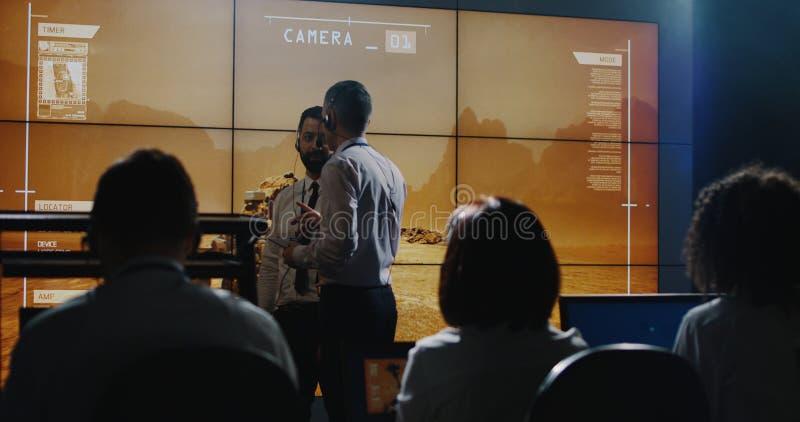Τεχνικοί που γιορτάζουν την αποστολή του Άρη στοκ φωτογραφία με δικαίωμα ελεύθερης χρήσης