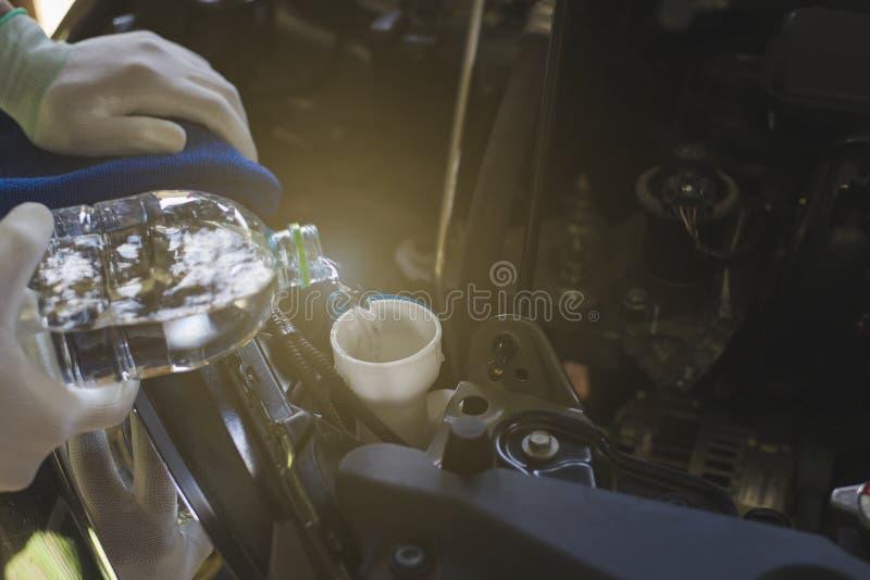 Τεχνικοί που ελέγχουν το νερό ψηκτρών στοκ εικόνα με δικαίωμα ελεύθερης χρήσης
