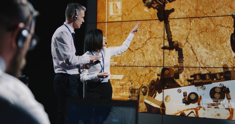 Τεχνικοί που εξετάζουν την προσγείωση του Άρη στοκ εικόνες