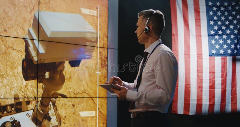 Τεχνικοί που εξετάζουν την προσγείωση του Άρη στοκ εικόνες με δικαίωμα ελεύθερης χρήσης