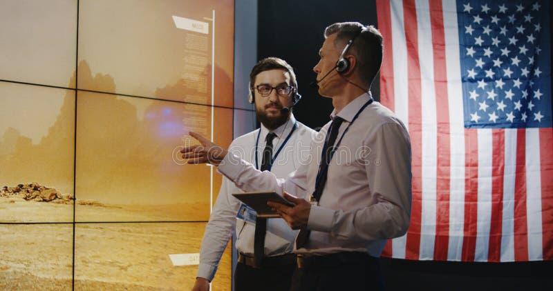 Τεχνικοί που εξετάζουν την προσγείωση του Άρη στοκ φωτογραφίες