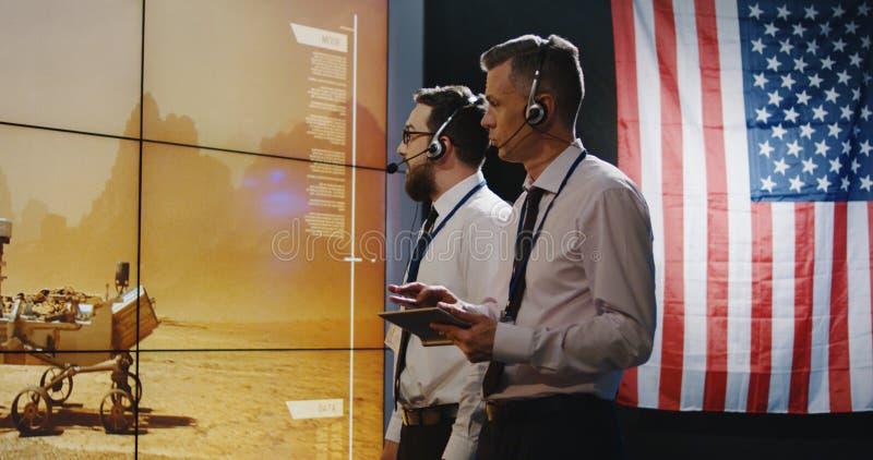Τεχνικοί που εξετάζουν την προσγείωση του Άρη στοκ φωτογραφία με δικαίωμα ελεύθερης χρήσης