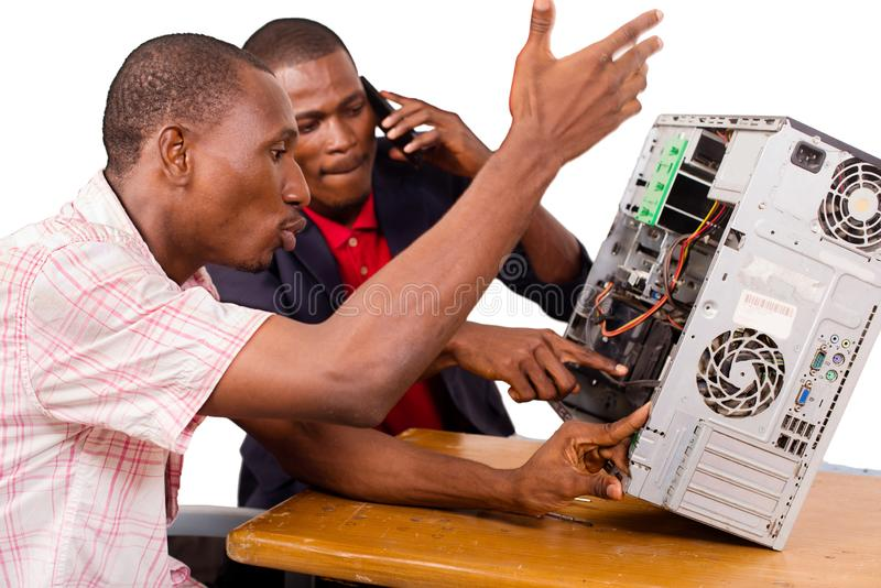 Τεχνικοί που επισκευάζουν έναν υπολογιστή στοκ εικόνες με δικαίωμα ελεύθερης χρήσης