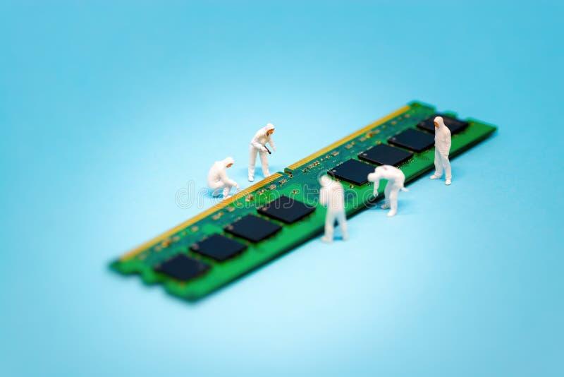 Τεχνικοί που επισκευάζουν την ενότητα RAM υπολογιστών στοκ εικόνα