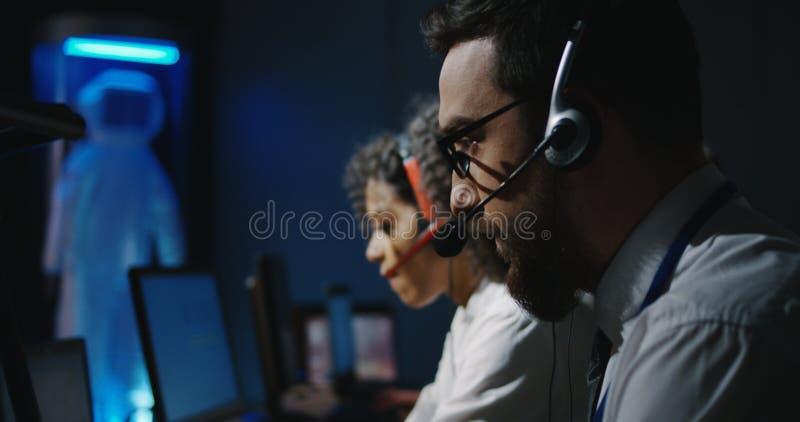 Τεχνικοί που εργάζονται στα γραφεία τους στοκ φωτογραφίες