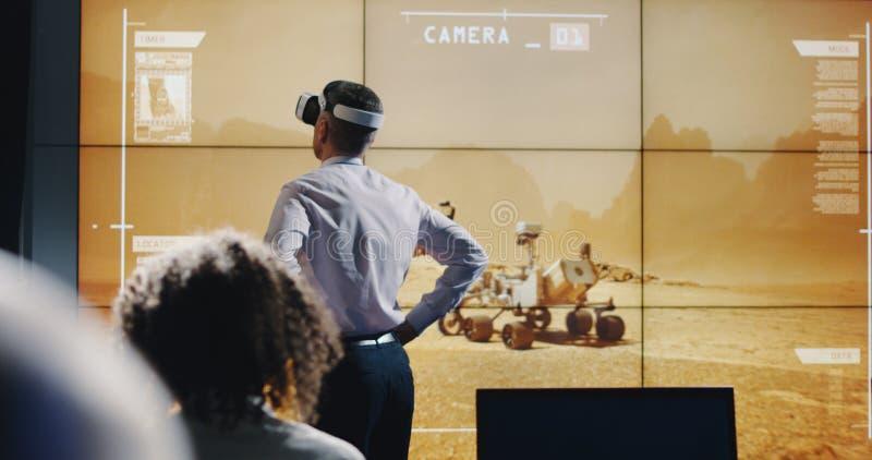 Τεχνικοί που χρησιμοποιούν την κάσκα VR στοκ εικόνα
