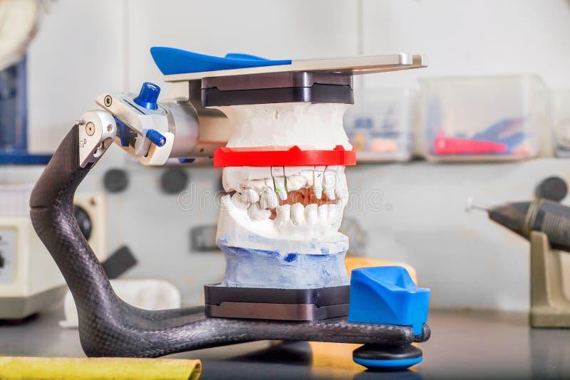 Τεχνικοί πυροβολισμοί σε ένα οδοντικό prothetic εργαστήριο στοκ φωτογραφία