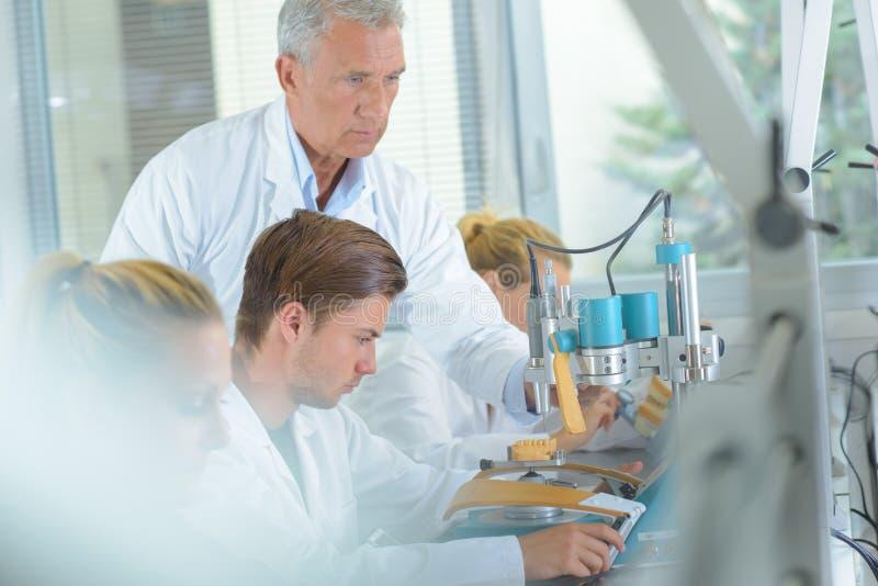 Τεχνικοί στην εργασία στο οδοντικό εργαστήριο στοκ εικόνα με δικαίωμα ελεύθερης χρήσης
