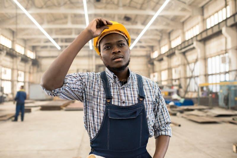 Τεχνικός αφροαμερικάνων στην εργασία στοκ εικόνα με δικαίωμα ελεύθερης χρήσης