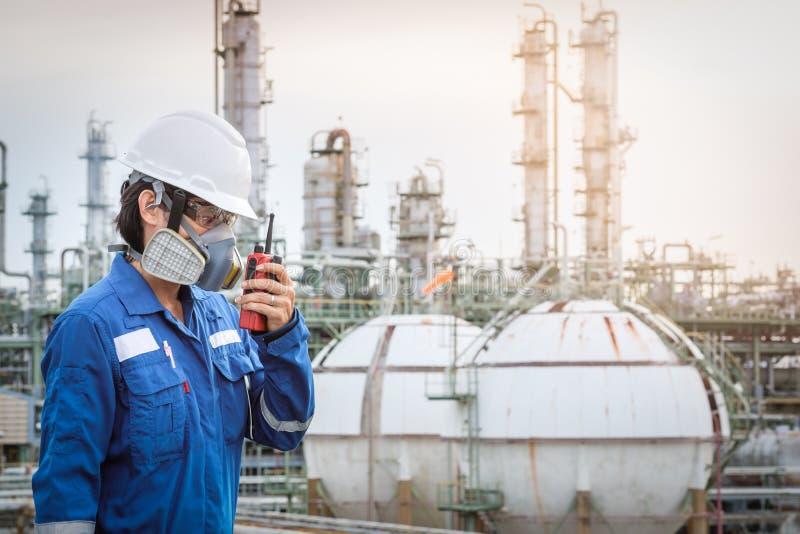 Τεχνικός με τη μάσκα αερίου ενάντια στο εργοστάσιο πετροχημικών στοκ φωτογραφία με δικαίωμα ελεύθερης χρήσης