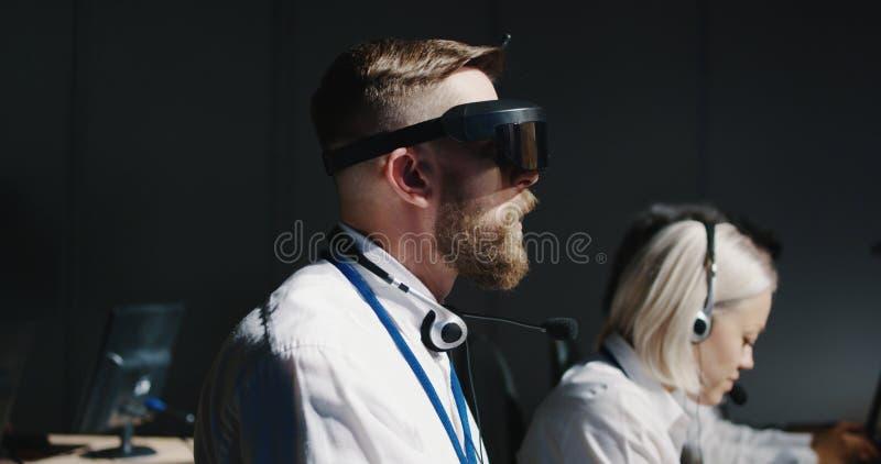 Τεχνικός που εργάζεται στο γραφείο του στοκ φωτογραφία