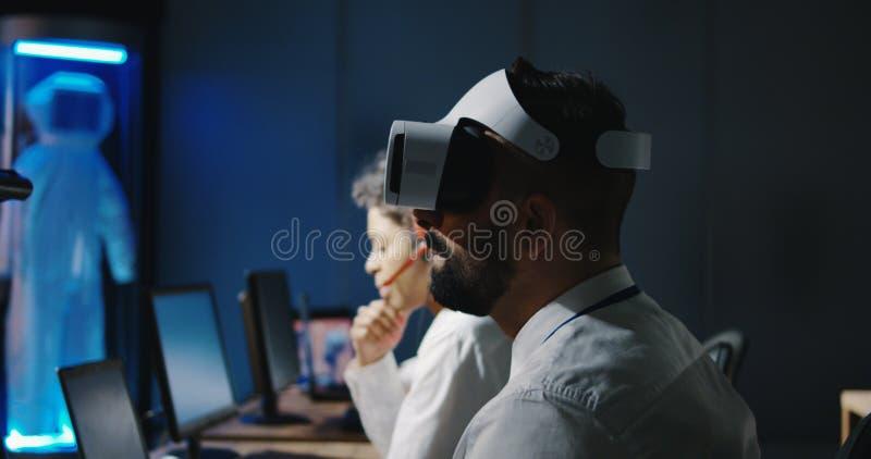 Τεχνικός που χρησιμοποιεί την κάσκα VR στοκ φωτογραφίες