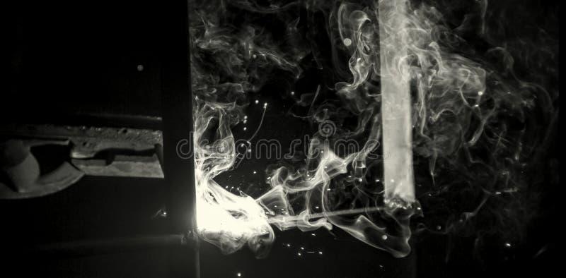 Τεχνικός χάλυβας για συγκολλήσεις Συγκόλληση βιομηχανικού χάλυβα σε εργοστασιακή τεχνική Ασπρόμαυρη φωτογραφία στοκ φωτογραφία με δικαίωμα ελεύθερης χρήσης